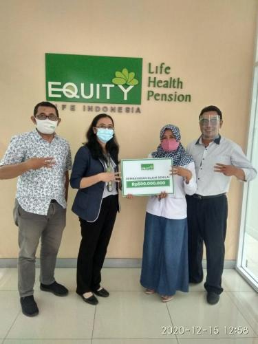 Kembali Penuhi Komitmen, Equity Life Indonesia Bayarkan Klaim Nasabah di Cirebon Rp500.000.000