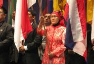 Siti Aisah MDRT dari Equity Life Indonesia sebagai pembawa bendera Indonesia